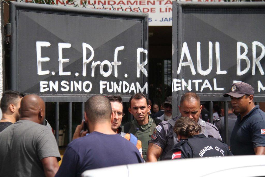 Na cidade de São Paulo, três projetos de lei estão tramitando na Câmara Municipal para evitar que tragédias desse tipo se repitam e jovens voltem a morrer em tiroteios em escolas